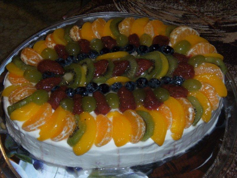 Ovocný dort s kterým mi pomáhala kamarádka Martinka /mimochodem super holka/
