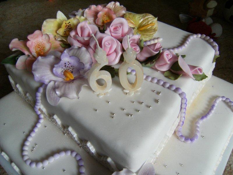 Orchideje a růže na dvouposchoďovém narozeninovém dortu