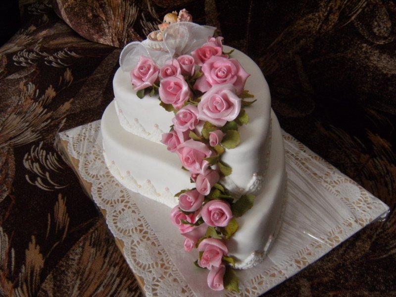 Ořechový dort s ořechovou nádivkou,potažený Icingem,květy také z Icingu